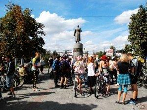 Фото: У Полтаві відбувся дівочий велопарад (Фото)