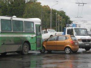Фото: Кільцевий зіткнувся з автівкою на площі Зигіна