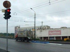 Фото: Через ДТП міст на Великотирнівській покрився металом