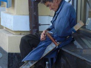 Фото: У Полтаві чоловік без руки, ноги та зору заробляє кошти для хворої сестри та самотужки подорожує