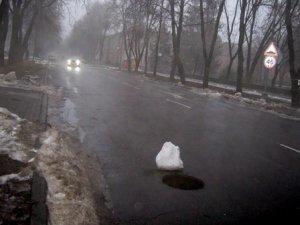 Фото: У Полтаві на Жовтневій люки прикривають сміттям або снігом