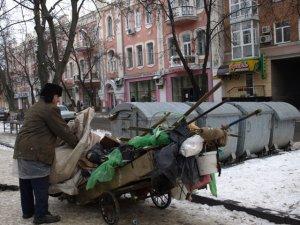 Фото: Центр Полтави прибирають від купи сміття після свят