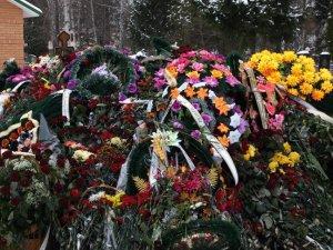 Фото: До могили Кукоби, якої не видно під квітами, продовжують приходити полтавці