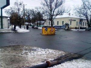 Фото: У центрі Полтави вже півтора місяця тхне неполагоджена каналізація