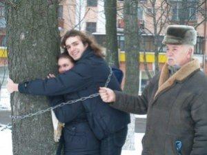 Фото: Декілька полтавців біля приміщення ОДА протестували, обіймаючи дерева