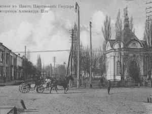 Фото: 130 років тому в Полтаві збудували церкву, на місці якої зараз пам'ятник комсомольцям