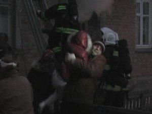 Фото: У Полтаві через пожежу хлопець з поламаною рукою вистрибнув з другого поверху