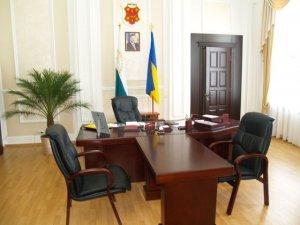 """Фото: Матковський """"подарував"""" Мамаю жовтий ноутбук без """"вінчестера"""""""
