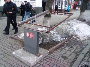Фото: Полтавський  лайтбокс, знесений вітром на початку лютого, не полагодили і навіть не прибрали