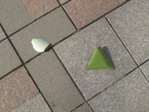 Фото: Шматками незрозумілої речі покрило доріжку до міськвиконкому Полтави
