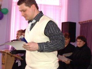 Фото: Полтавській гімназіії №9 на 20-річний ювілей подарували комп'ютери, мікрофон та книги