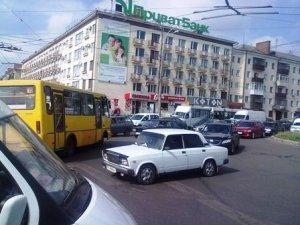 """Фото: У Полтаві """"тягнучка"""" на Жовтневій"""
