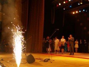 Фото: Олександр Мамай вручив медалі полтавським випускникам