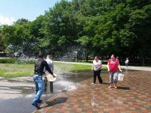 Фото: Полтавські випускники обливалися водою із фонтана