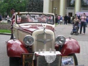 Фото: «Адлер», що возив Шурика та Ніну в «Кавказькій полонянці» у Полтаві катає молодят на весіллях