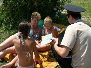 Фото: Рятувальники вчили полтавців як поводитися на воді