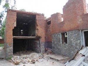 Фото: Діти облюбували два аварійних будинки у Полтаві для ігор