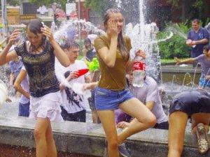 Фото: У Полтаві біля театру Гоголя влаштували водне побоїще