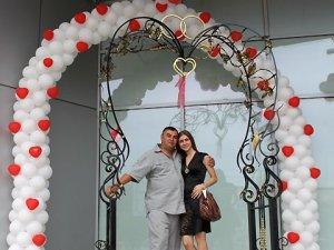 Фото: До полтавської арки закоханих цілий день приїздили весільні кортежі