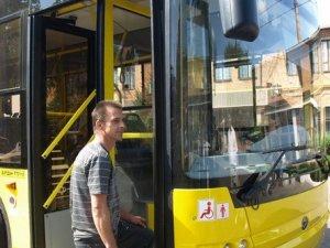 Фото: Полтавцям представили новий тролейбус, який на зупинках опускатиметься до рівня бордюру