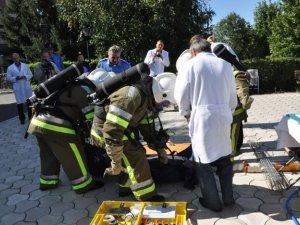 Фото: Міліціонери та еменесники рятували лікарню від пожежі під час навчань