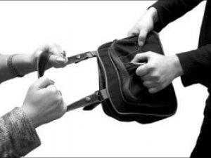 Фото: Полтавка викрадала жіночі сумки та вклеювала своє фото в чужі документи