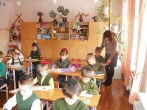 Фото: Полтавські школярі опановують науку з ношею на голові