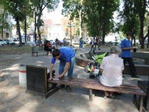 Фото: У Полтавських парках на лавах уже з'явились попереджувальні написи