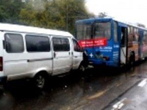 Фото: У Полтаві водій маршрутки нагрубив жінці та вибив скло у тролейбусі