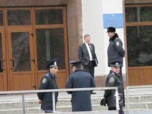 Фото: Перед входом до Полтавської облдержадміністрації з'явився паркан та півсотні міліціонерів