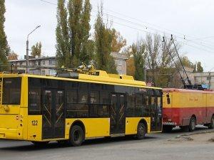 """Фото: У Полтаві новим """"кільцевим"""" тролейбусам допомагають """"старі"""""""
