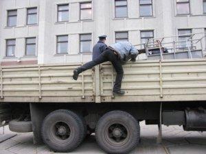 Фото: Біля Полтавської облдержадміністрації розбірали паркан