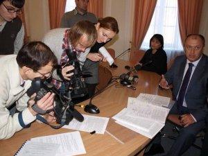 Фото: Мер Полтави пояснив журналістам, чому демонтували контейнери на центральному ринку