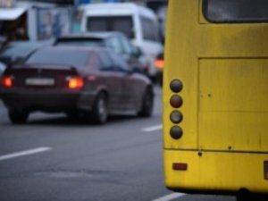 Фото: Рада зібралася посилити штрафи за парковку автомобілів на смузі громадського транспорту