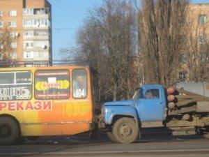 Фото: ДТП у Полтаві: зіткнулись тролейбус та  асенізатор