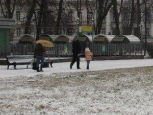 Фото: Сьогодні полтавці ховалися від снігу під парасольками