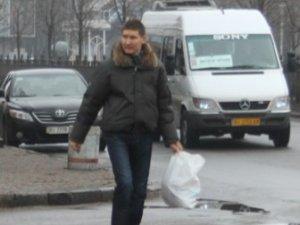 Фото: У останній день року полтавці купували ялинки та носили важкі пакети