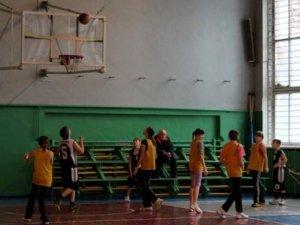 Фото: Полтавські школярі навіть під час канікул займаються фізкультурою