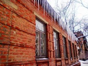 Фото: У Полтаві звільнити дахи будинків від бурульок та снігу можуть рятувальники
