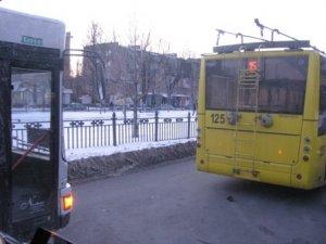 Фото: У Полтаві «роги» тролейбуса розбили автобус