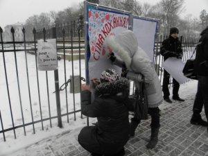 Фото: В День святого Валентина полтавці будували «Стіну кохання»