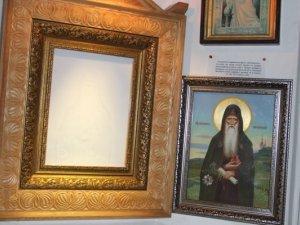 Фото: У одному з храмів Полтави на склі проявилась ікона