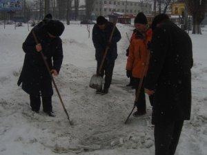 Фото: Безпритульні чистили Полтаву від снігу з вдячності за харчі та одяг