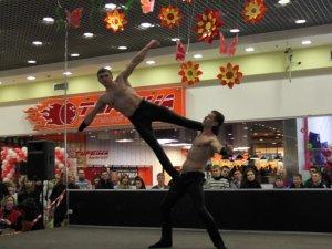 Фото: Тема тижня. У Полтаві жінок вітали циркачі та акробати