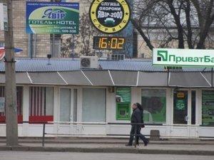 Фото: У Полтаві у громадських місцях перевели  не всі годинники
