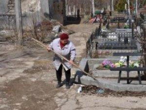 Фото: У Полтаві на кладовище не впускають – санітарний тиждень