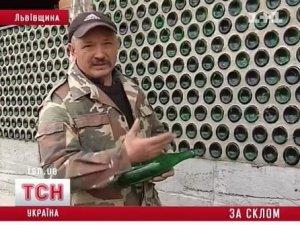 Фото: Подробиці: військовий збудував дім зі скла, коли його викинули із квартирної черги у Полтаві (відео)