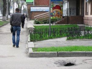 Фото: Яму в центрі Полтави уперто не помічають й не латають