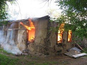 Фото: У Полтаві горіли руїни, де прописано кілька родин: версії причини пожежі
