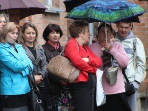 Фото: Мер Полтави мокнув під дощем зі школярами на останньому дзвонику (фоторепортаж)